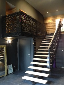 Contact AEJ Escalier limon central et garde corps en panneaux à motifs decoratifs
